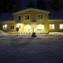 Voorkant van het huis in de winteravond
